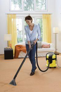 Benutzung eines Teppichreinigungsgerätes